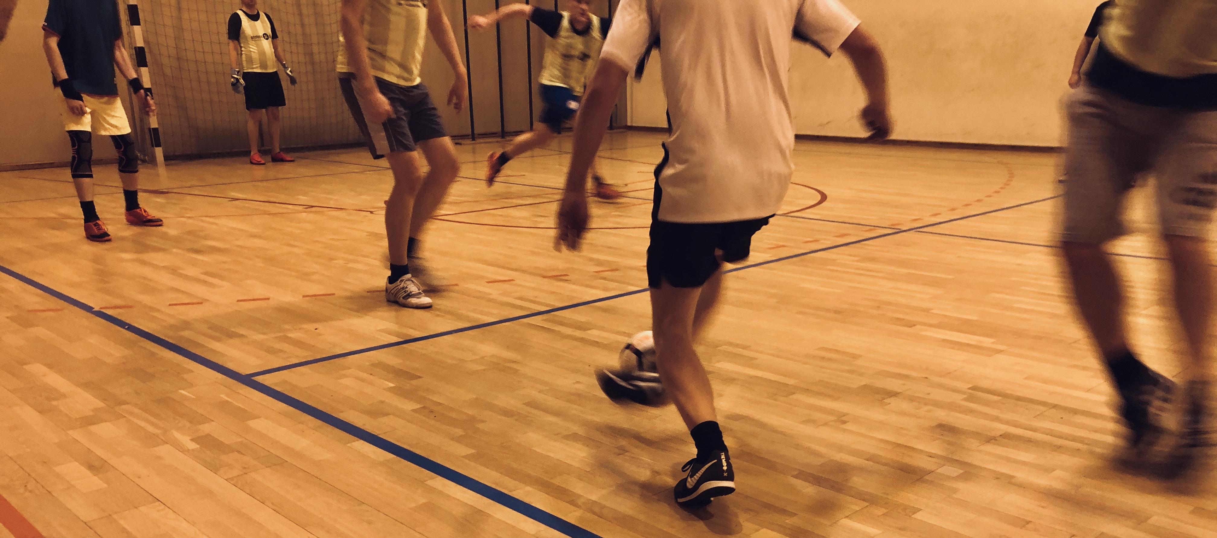 Fußballspiel in der Halle